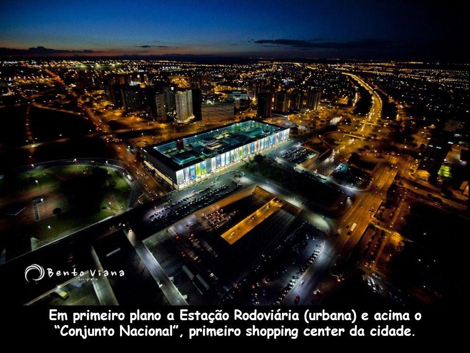 Em primeiro plano a Estação Rodoviária (urbana) e acima o Conjunto Nacional , primeiro shopping center da cidade.