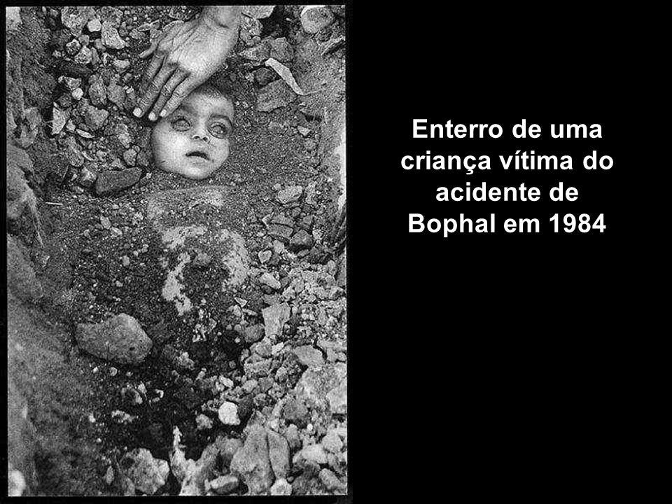 Enterro de uma criança vítima do acidente de Bophal em 1984