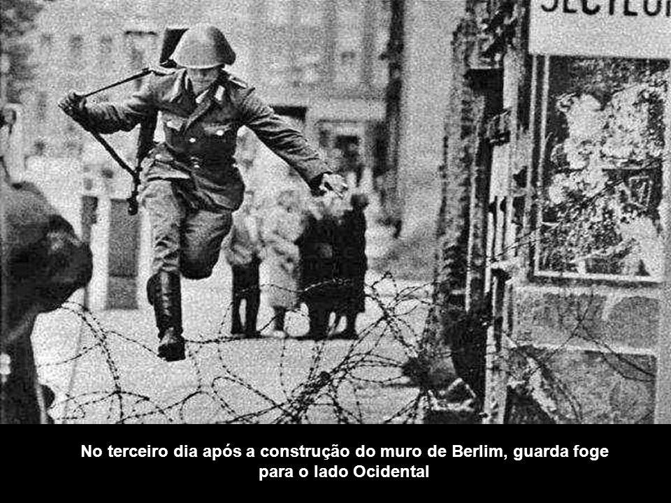No terceiro dia após a construção do muro de Berlim, guarda foge para o lado Ocidental