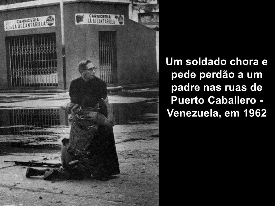Um soldado chora e pede perdão a um padre nas ruas de Puerto Caballero - Venezuela, em 1962