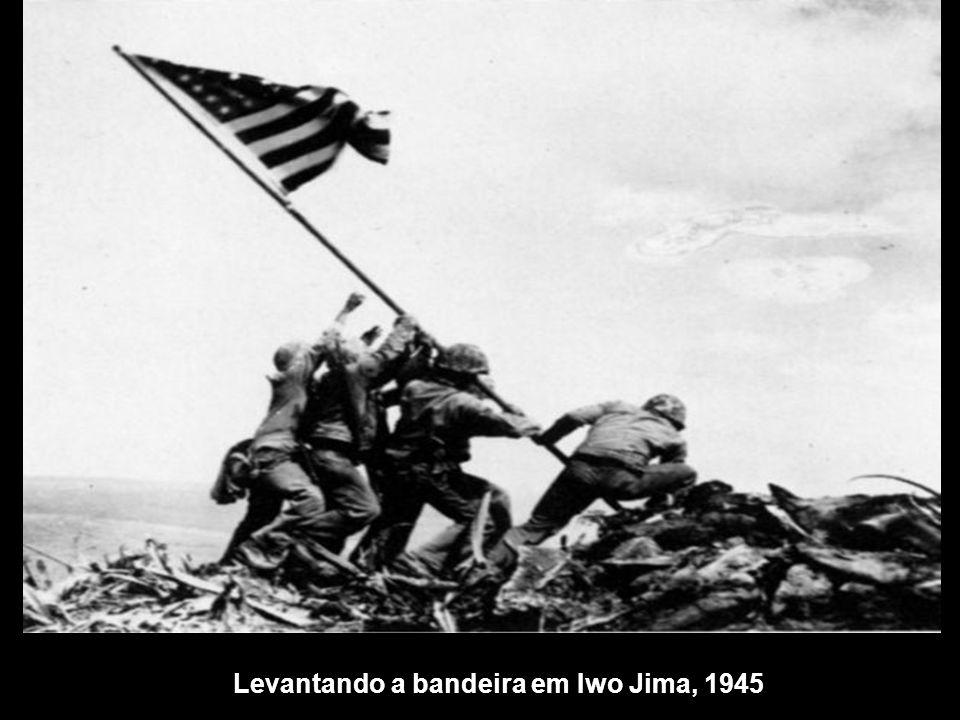 Levantando a bandeira em Iwo Jima, 1945
