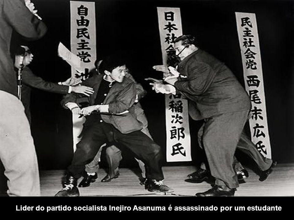 Lider do partido socialista Inejiro Asanuma é assassinado por um estudante