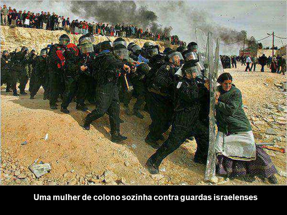 Uma mulher de colono sozinha contra guardas israelenses