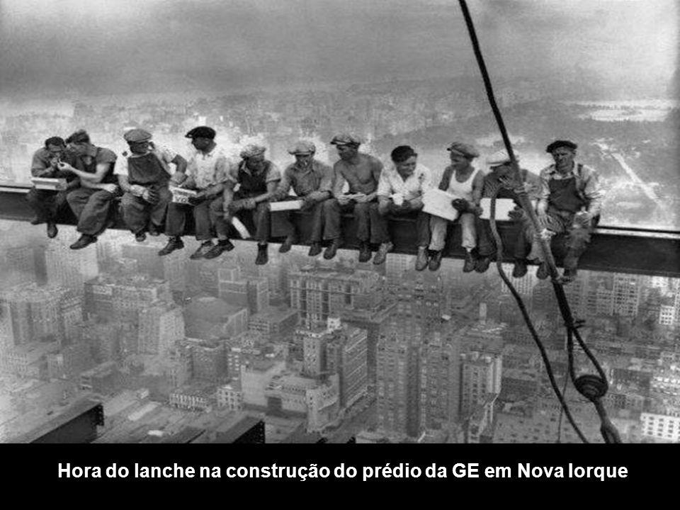 Hora do lanche na construção do prédio da GE em Nova Iorque