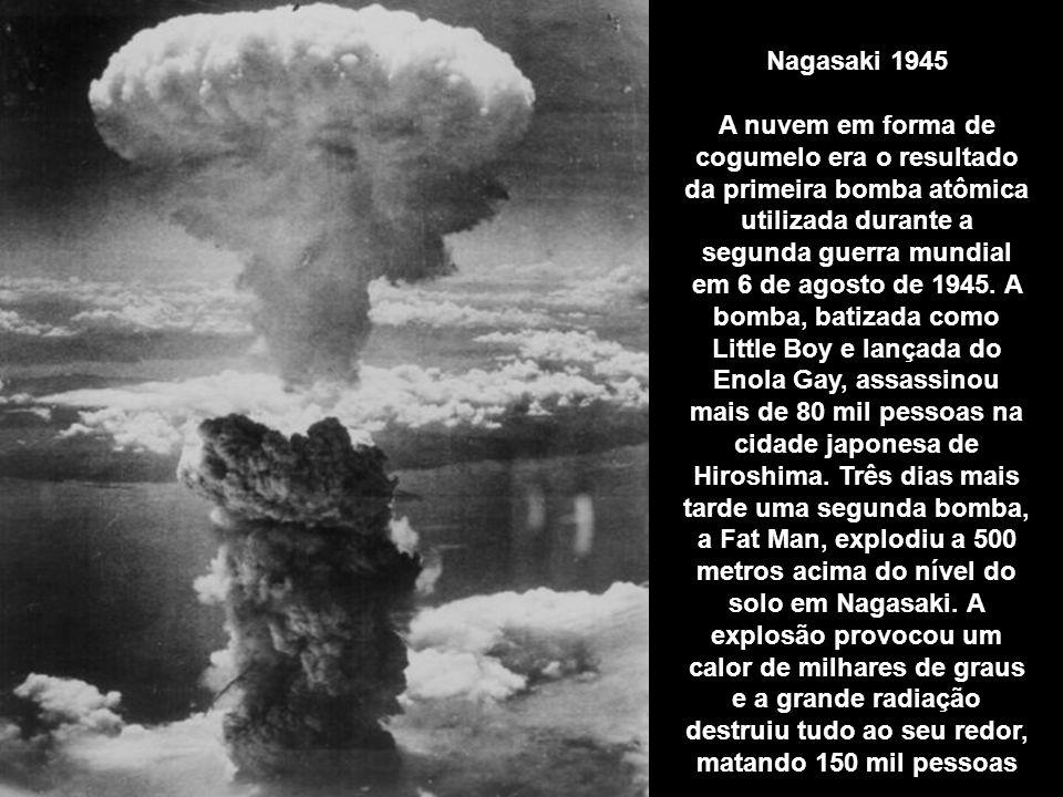Nagasaki 1945 A nuvem em forma de cogumelo era o resultado da primeira bomba atômica utilizada durante a segunda guerra mundial em 6 de agosto de 1945.