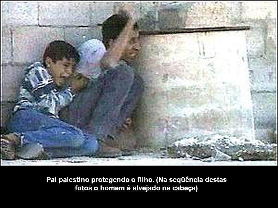 Pai palestino protegendo o filho