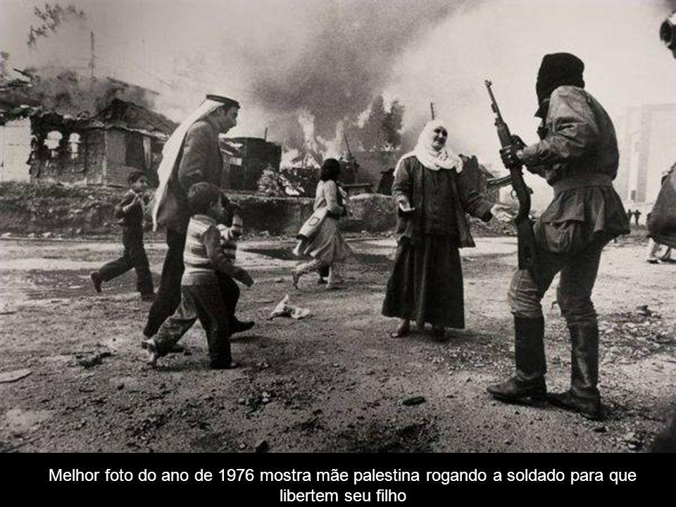Melhor foto do ano de 1976 mostra mãe palestina rogando a soldado para que libertem seu filho