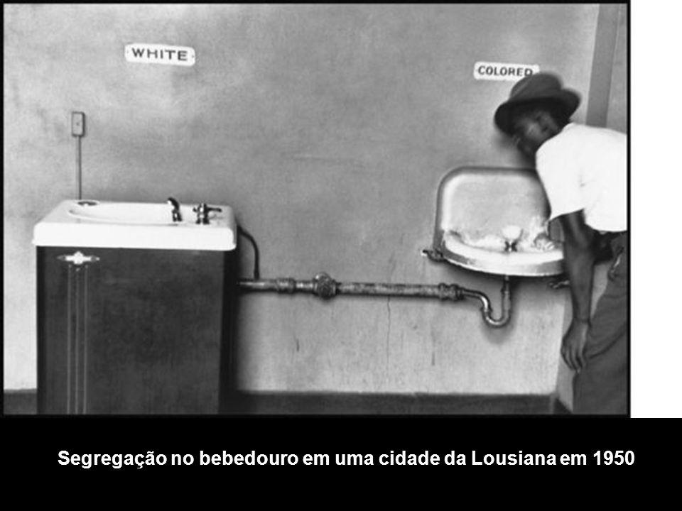 Segregação no bebedouro em uma cidade da Lousiana em 1950