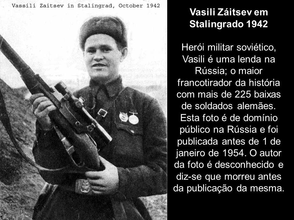 Vasili Záitsev em Stalingrado 1942 Herói militar soviético, Vasili é uma lenda na Rússia; o maior francotirador da história com mais de 225 baixas de soldados alemães.