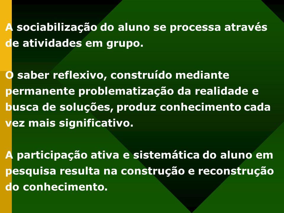 A sociabilização do aluno se processa através de atividades em grupo.