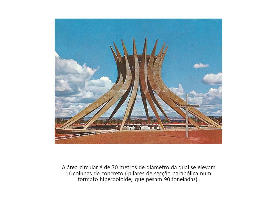 A área circular é de 70 metros de diámetro da qual se elevam 16 colunas de concreto ( pilares de secção parabólica num formato hiperboloide, que pesam 90 toneladas).