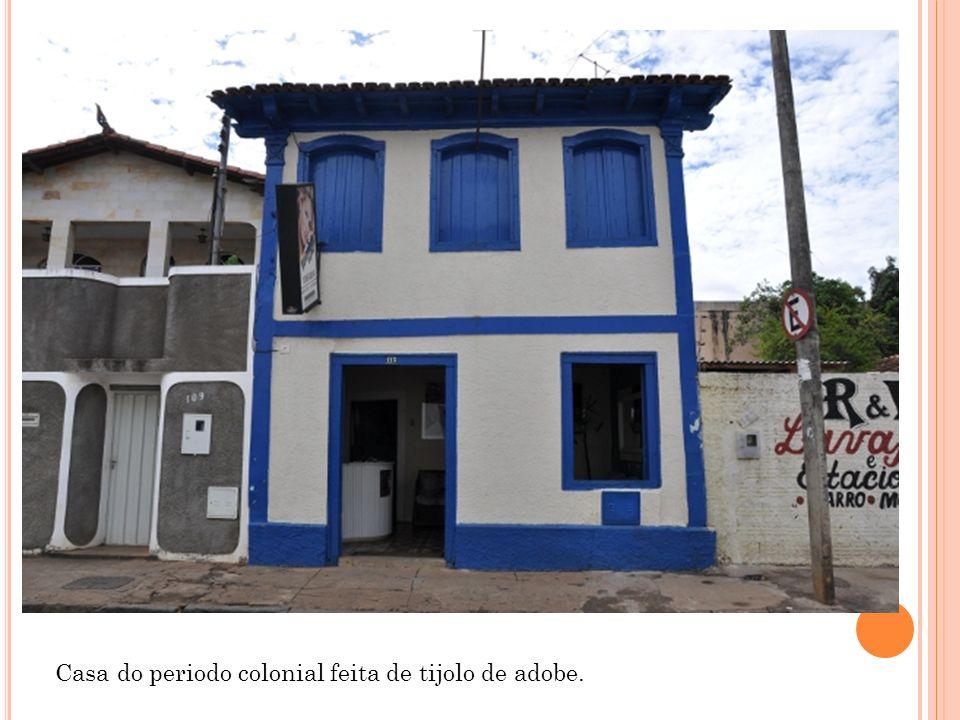 Casa do periodo colonial feita de tijolo de adobe.