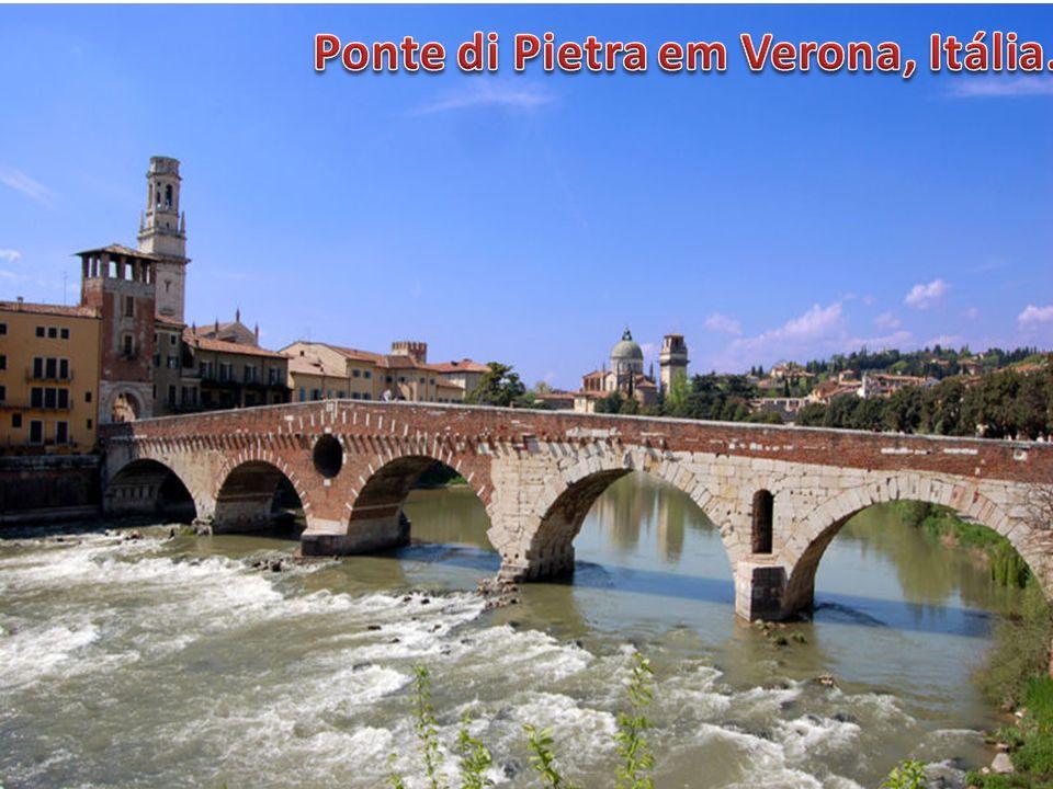 Ponte di Pietra em Verona, Itália.