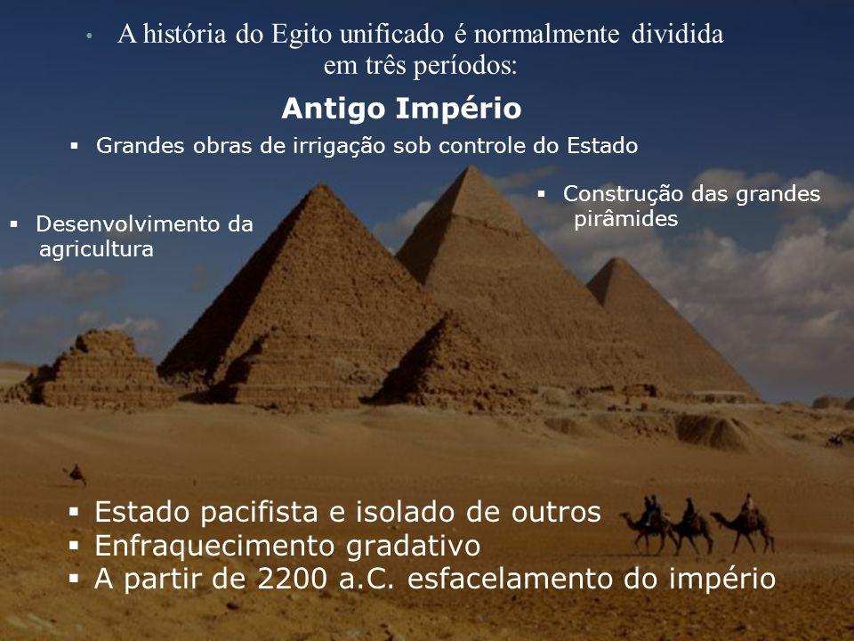 A história do Egito unificado é normalmente dividida em três períodos: