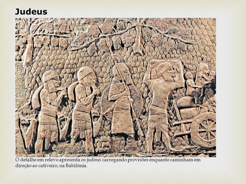 Judeus O detalhe em relevo apresenta os judeus carregando provisões enquanto caminham em direção ao cativeiro, na Babilônia.