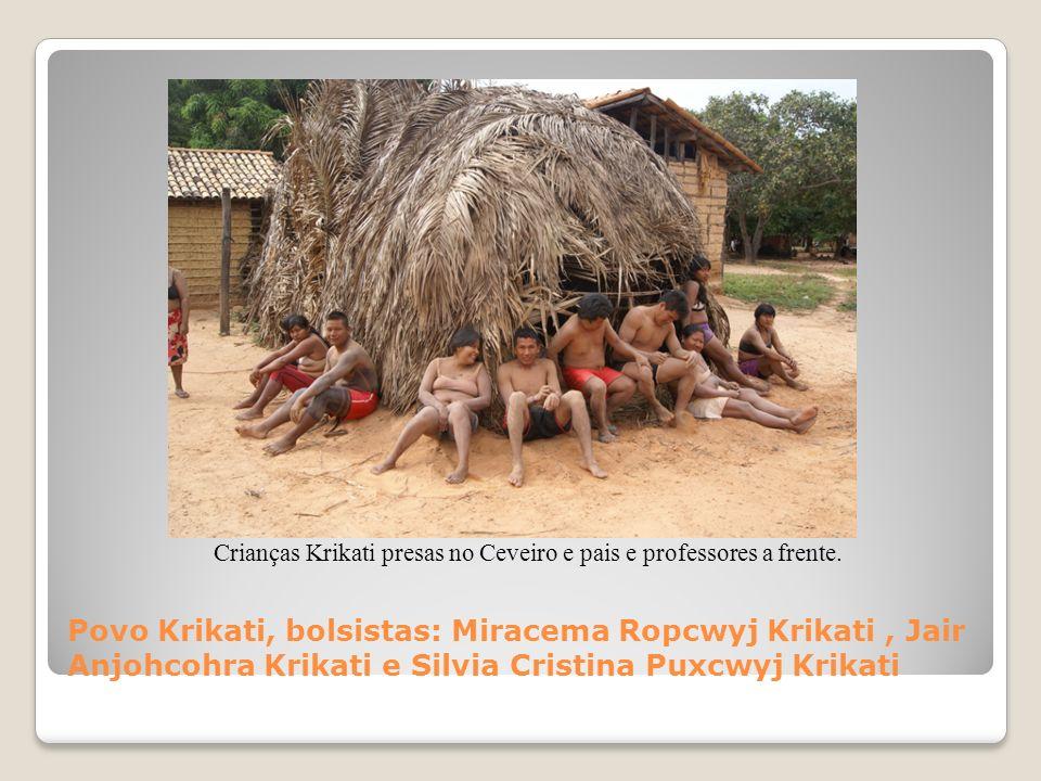 Crianças Krikati presas no Ceveiro e pais e professores a frente.