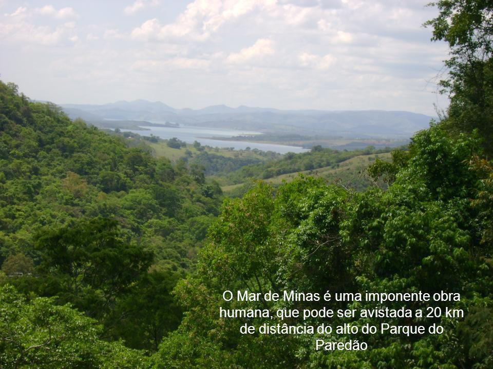 O Mar de Minas é uma imponente obra humana, que pode ser avistada a 20 km de distância do alto do Parque do Paredão
