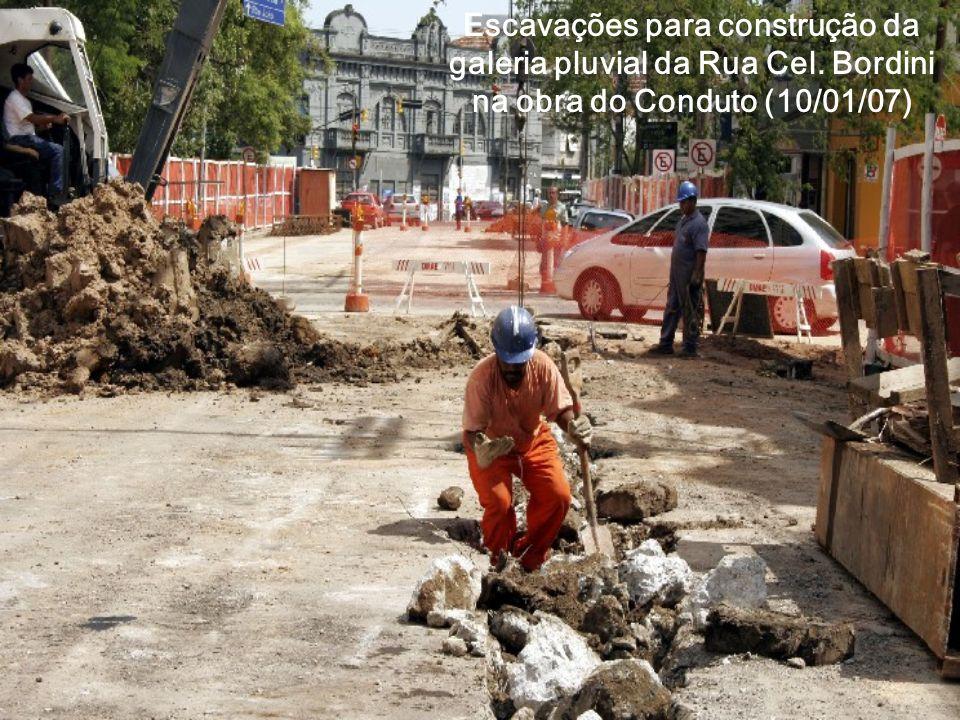 Escavações para construção da galeria pluvial da Rua Cel