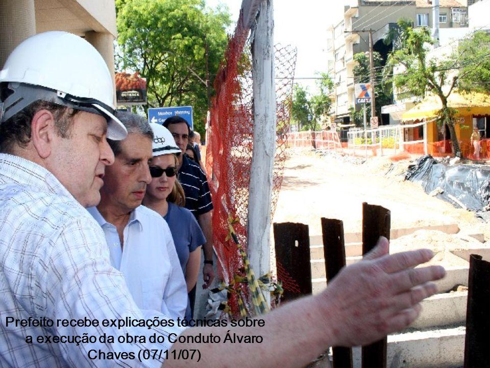 Prefeito recebe explicações técnicas sobre a execução da obra do Conduto Álvaro Chaves (07/11/07)