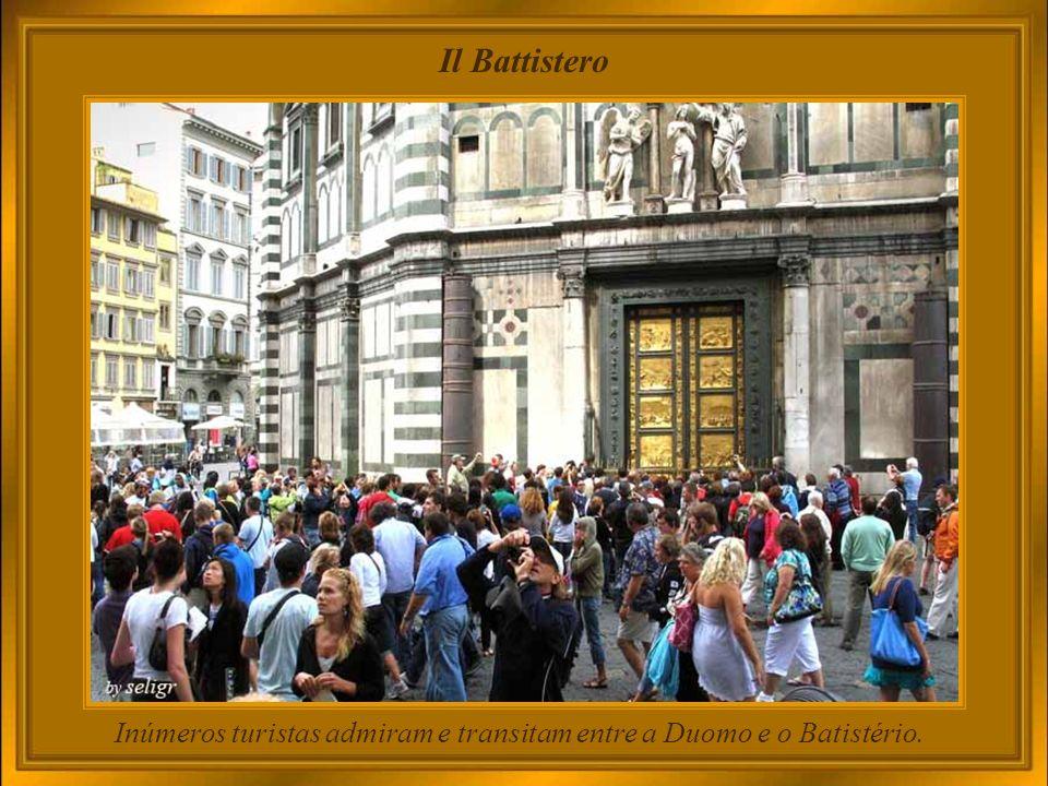 Inúmeros turistas admiram e transitam entre a Duomo e o Batistério.