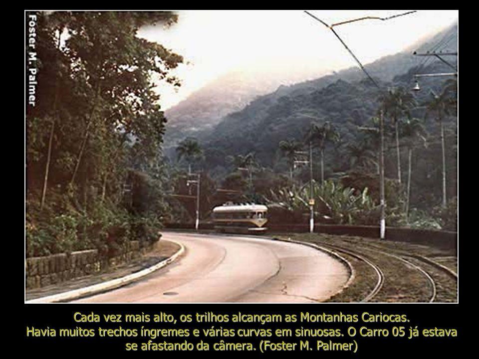 Cada vez mais alto, os trilhos alcançam as Montanhas Cariocas.