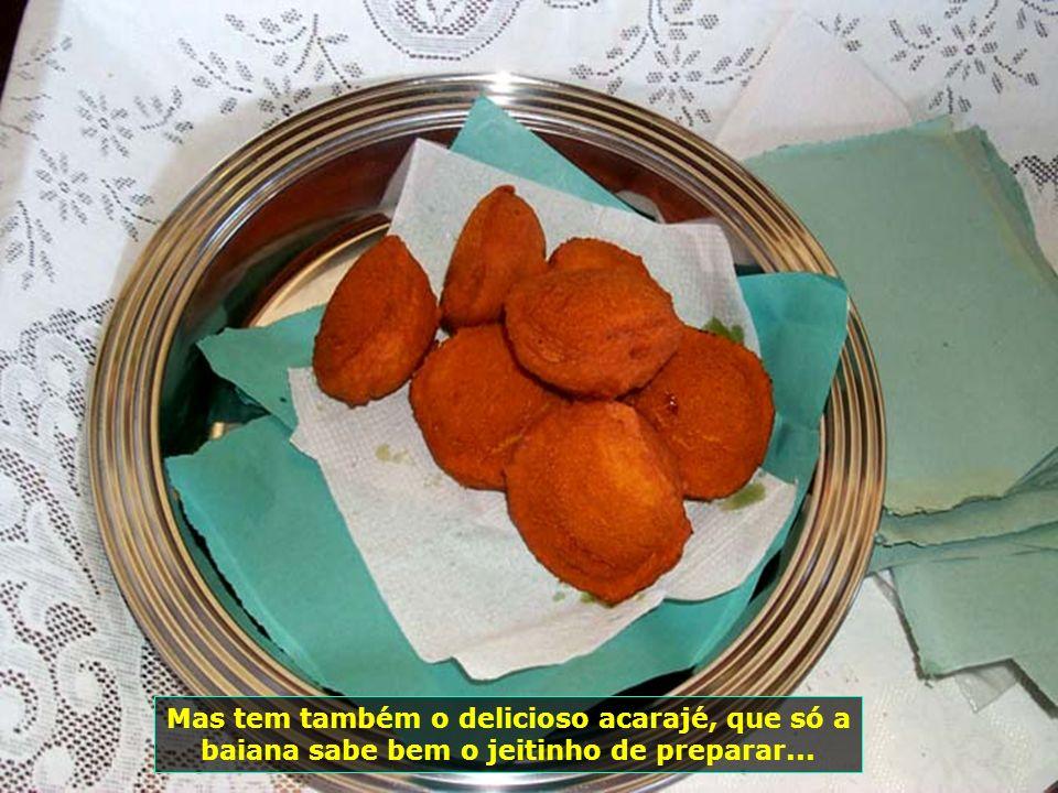 P0014723 - SALVADOR - ACARAJÉ-700 Mas tem também o delicioso acarajé, que só a baiana sabe bem o jeitinho de preparar...