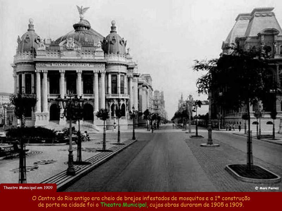 Theatro Municipal em 1909 @ Marc Ferrez. O Centro do Rio antigo era cheio de brejos infestados de mosquitos e a 1ª construção.