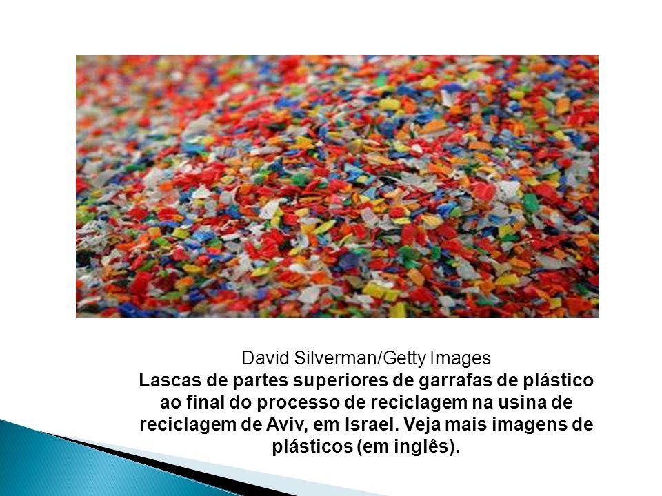 David Silverman/Getty Images Lascas de partes superiores de garrafas de plástico ao final do processo de reciclagem na usina de reciclagem de Aviv, em Israel.