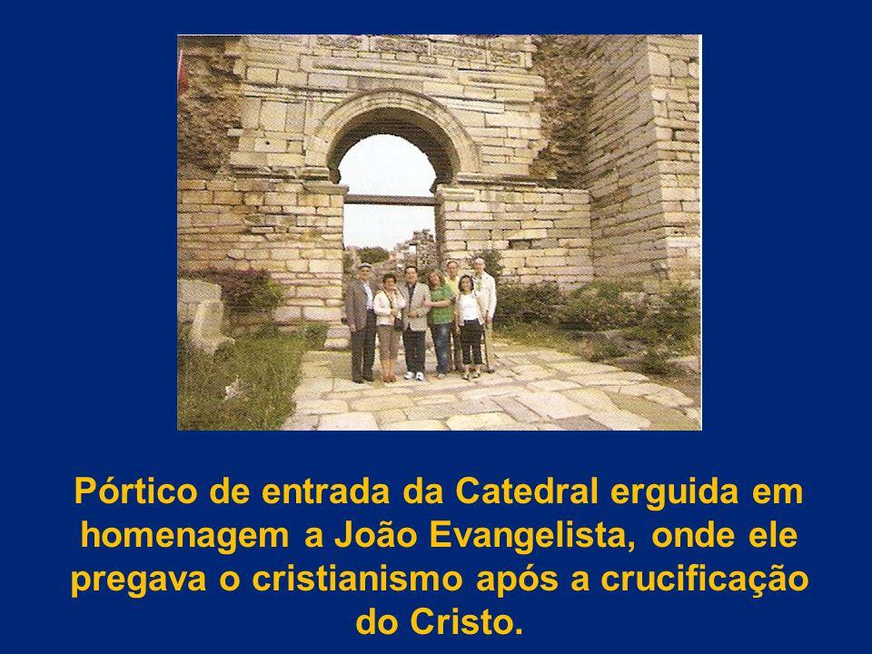 Pórtico de entrada da Catedral erguida em homenagem a João Evangelista, onde ele pregava o cristianismo após a crucificação do Cristo.