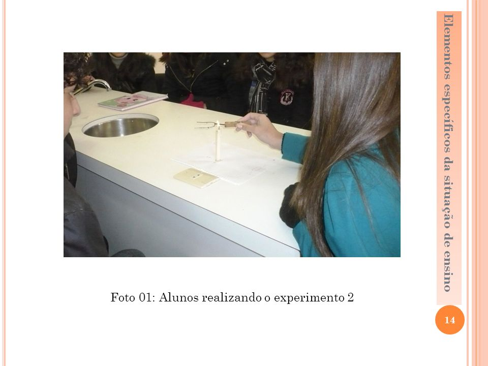 Foto 01: Alunos realizando o experimento 2