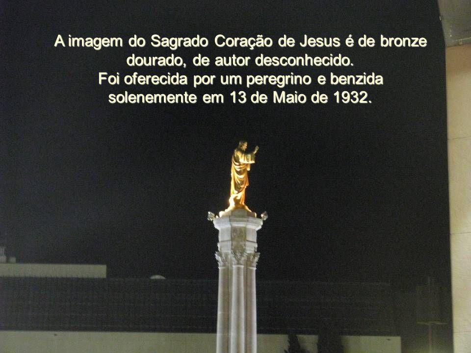 A imagem do Sagrado Coração de Jesus é de bronze dourado, de autor desconhecido.