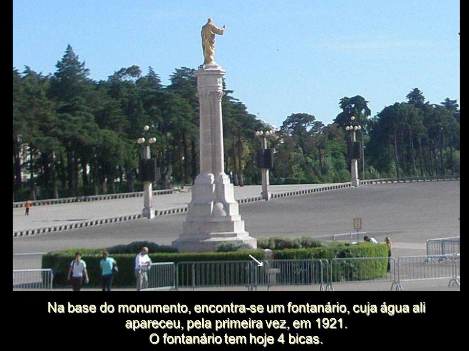 Na base do monumento, encontra-se um fontanário, cuja água ali apareceu, pela primeira vez, em 1921.