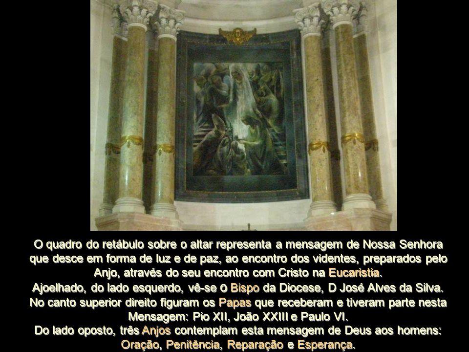 O quadro do retábulo sobre o altar representa a mensagem de Nossa Senhora que desce em forma de luz e de paz, ao encontro dos videntes, preparados pelo Anjo, através do seu encontro com Cristo na Eucaristia.