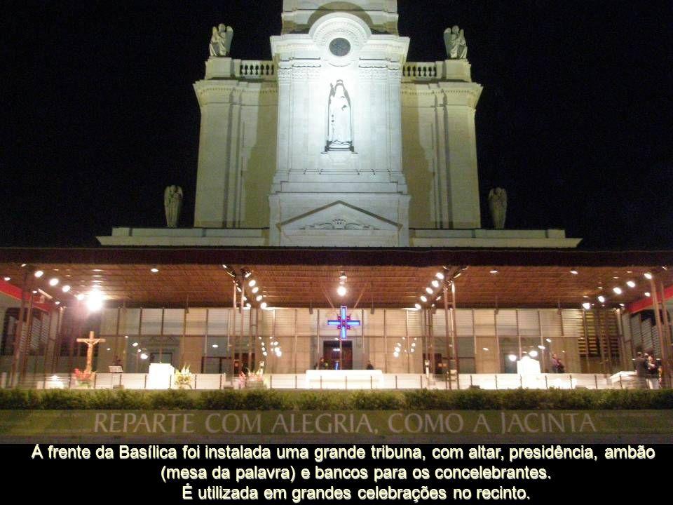 À frente da Basílica foi instalada uma grande tribuna, com altar, presidência, ambão (mesa da palavra) e bancos para os concelebrantes.