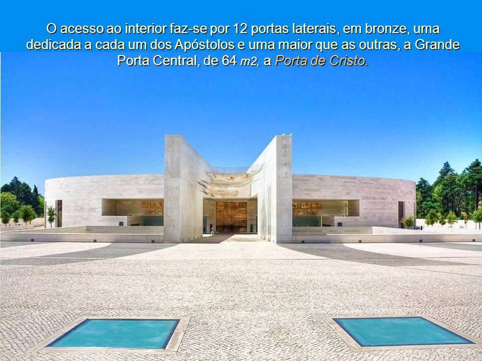 O acesso ao interior faz-se por 12 portas laterais, em bronze, uma dedicada a cada um dos Apóstolos e uma maior que as outras, a Grande Porta Central, de 64 m2, a Porta de Cristo.