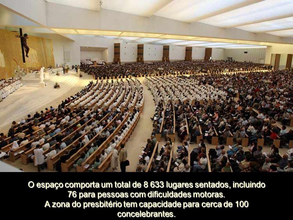 A zona do presbitério tem capacidade para cerca de 100 concelebrantes.