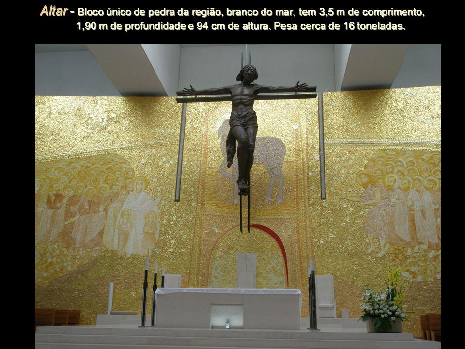 Altar - Bloco único de pedra da região, branco do mar, tem 3,5 m de comprimento, 1,90 m de profundidade e 94 cm de altura.