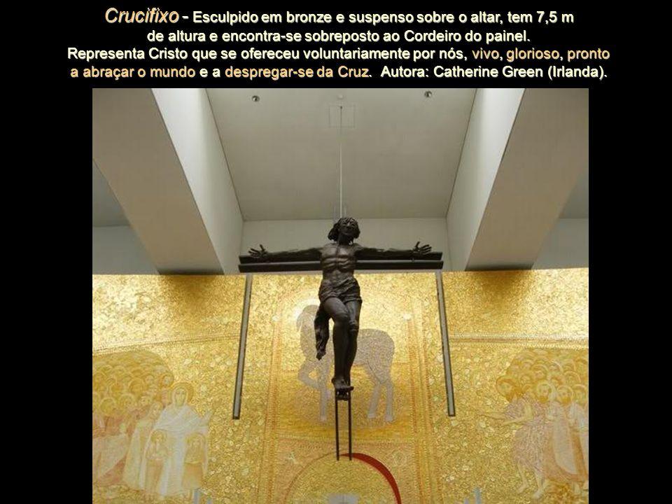 Crucifixo - Esculpido em bronze e suspenso sobre o altar, tem 7,5 m de altura e encontra-se sobreposto ao Cordeiro do painel.