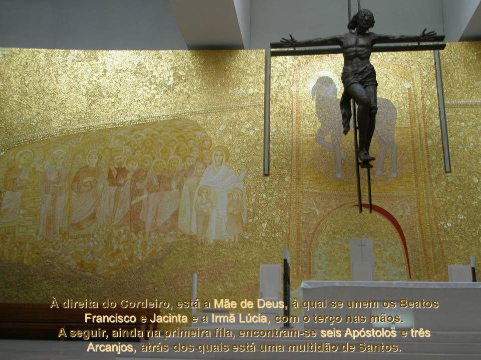 À direita do Cordeiro, está a Mãe de Deus, à qual se unem os Beatos Francisco e Jacinta e a Irmã Lúcia, com o terço nas mãos.