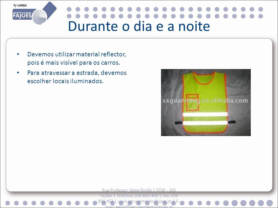 Durante o dia e a noite Devemos utilizar material reflector, pois é mais visível para os carros.