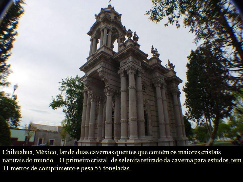 Chihuahua, México, lar de duas cavernas quentes que contêm os maiores cristais naturais do mundo...