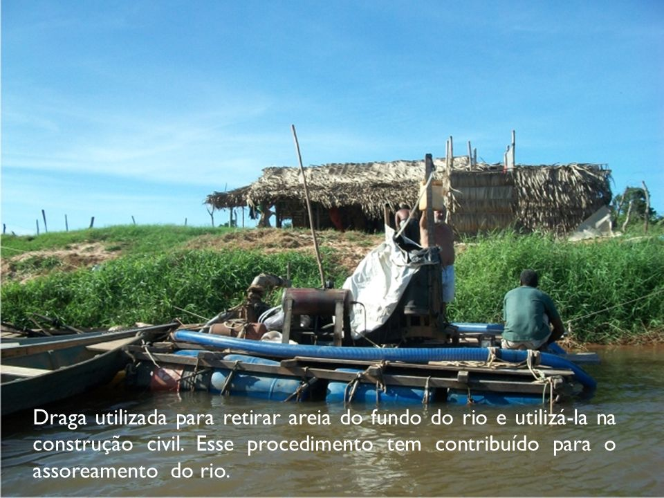 Draga utilizada para retirar areia do fundo do rio e utilizá-la na construção civil.