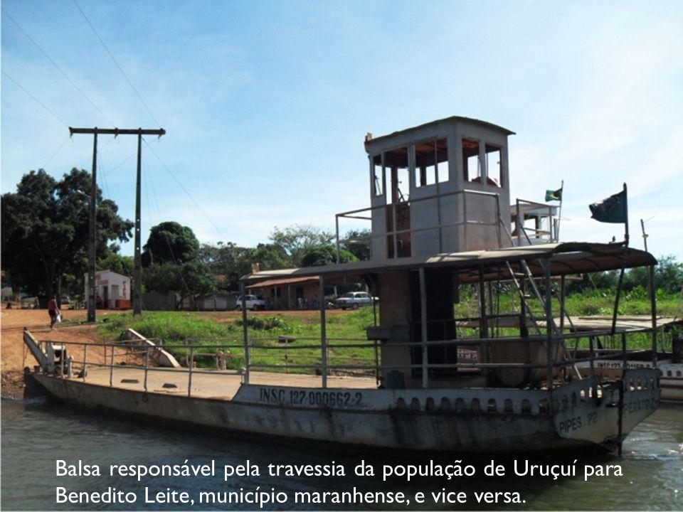 Balsa responsável pela travessia da população de Uruçuí para Benedito Leite, município maranhense, e vice versa.