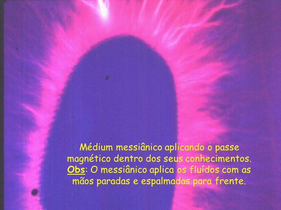 Médium messiânico aplicando o passe magnético dentro dos seus conhecimentos.