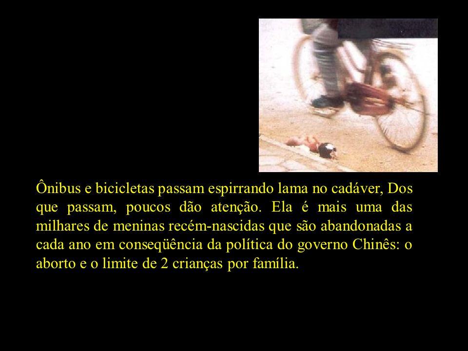 Ônibus e bicicletas passam espirrando lama no cadáver, Dos que passam, poucos dão atenção.