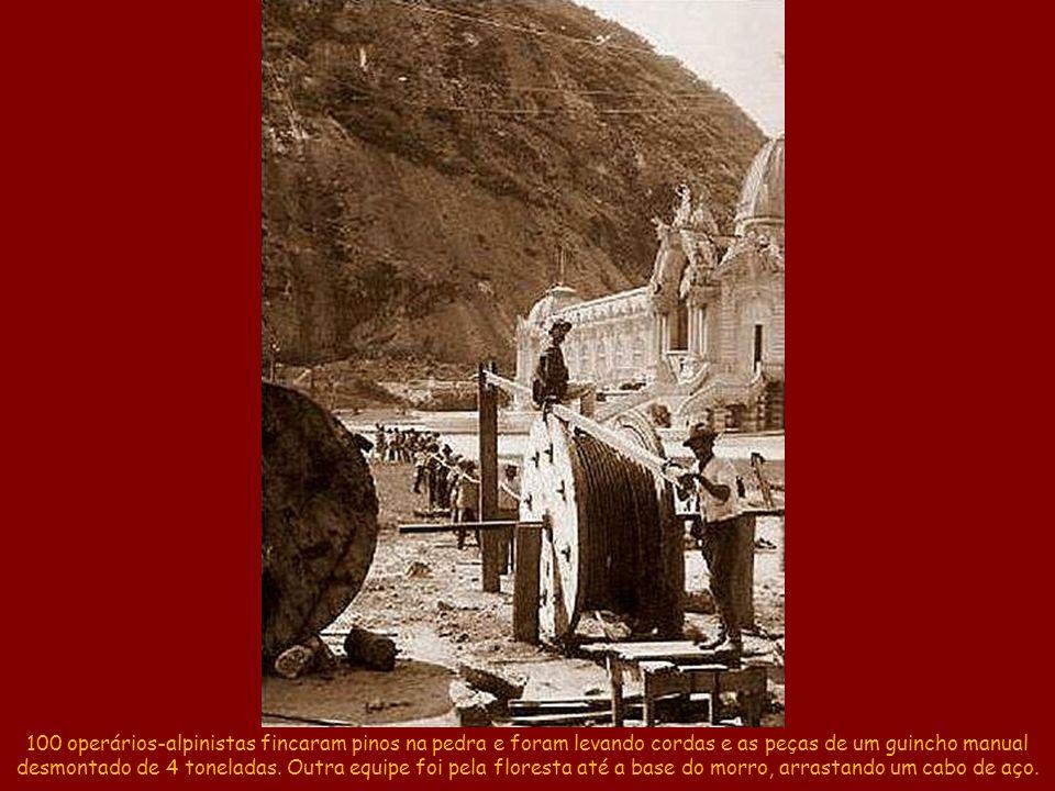 100 operários-alpinistas fincaram pinos na pedra e foram levando cordas e as peças de um guincho manual desmontado de 4 toneladas.