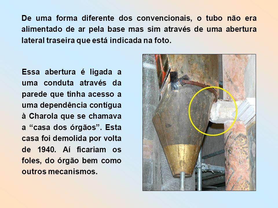 De uma forma diferente dos convencionais, o tubo não era alimentado de ar pela base mas sim através de uma abertura lateral traseira que está indicada na foto.