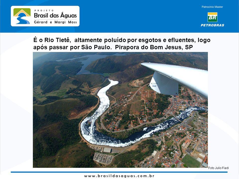 É o Rio Tietê, altamente poluído por esgotos e efluentes, logo após passar por São Paulo. Pirapora do Bom Jesus, SP