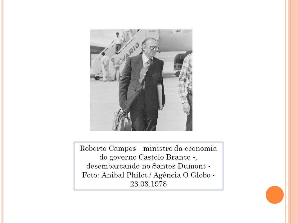 Roberto Campos - ministro da economia do governo Castelo Branco -, desembarcando no Santos Dumont - Foto: Aníbal Philot / Agência O Globo - 23.03.1978