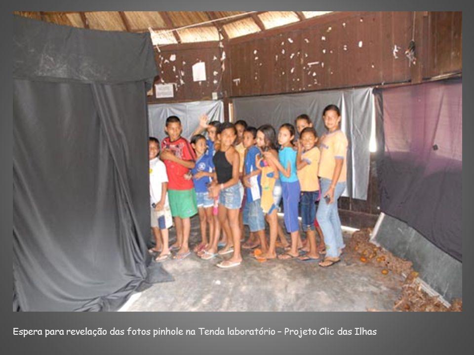 Espera para revelação das fotos pinhole na Tenda laboratório – Projeto Clic das Ilhas